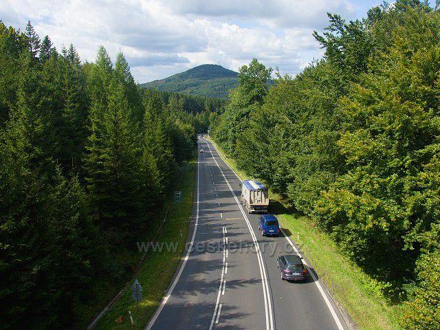 Výhled z nové turistické lávky přes hlavní silnici na Stožeckém sedle.