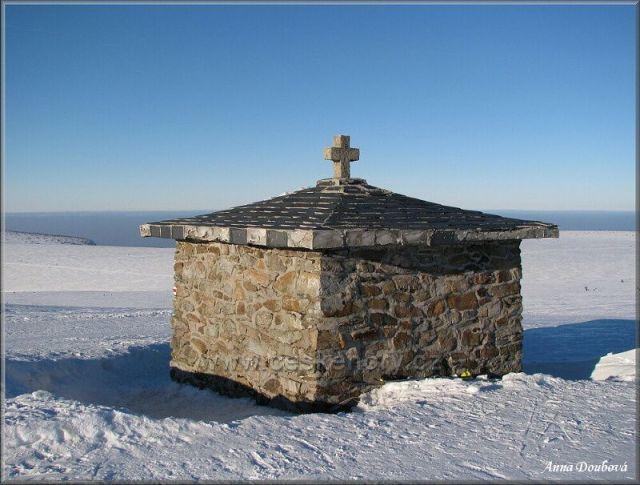 Kaple postavena na památku Václava Rennera, který zde tragicky zahynul v roce 1798. V současnosti je jako Památník obětem hor věnována všem obětem Krkonoš a jsou v ní uvedena jejich jména.