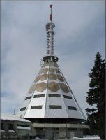 Telekomunikační vysílač na Černé hoře. Spodní mnohostěnný jehlan je vysoký 35,7 metru. Celková výška věže je od země až k nejvyšší anténě 78,3 metru. Prostory vysílače jsou veřejnosti nepřístupné.