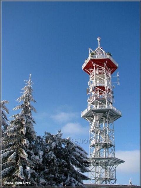 Kozákov - šestiboká vojenská věž s plošinou, která slouží jako rozhledna,po zdolání 120 schodů budete za pěkného počasí odměněni kruhovým výhledem na Krkonoše, Jizerské hory, Lužické hory, České středohoří, Český ráj i Orlické hory.