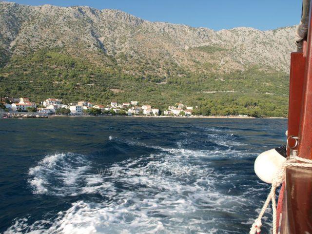 Pohled z výletní lodě na Makarskou