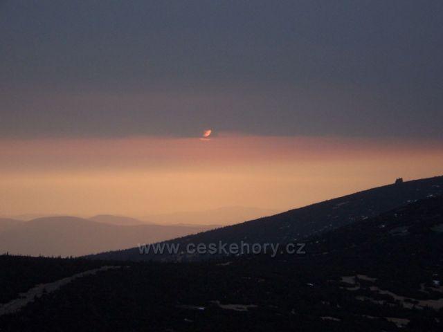 vychod slunce z maleho sisaku, v pozadi polsko, vpravo slunecnik.