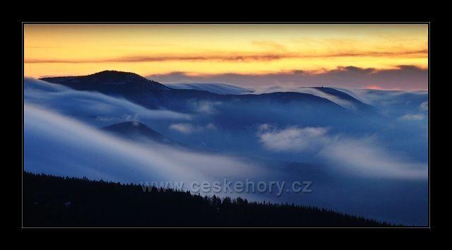 Inverzní oblaka valící se přes Smrk a Kněhyni