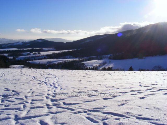 Pohled na jih z kopce nad Hynčicemi