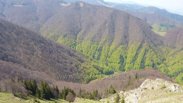 Baraniarky, pohled do údolí, kde se to již zelená