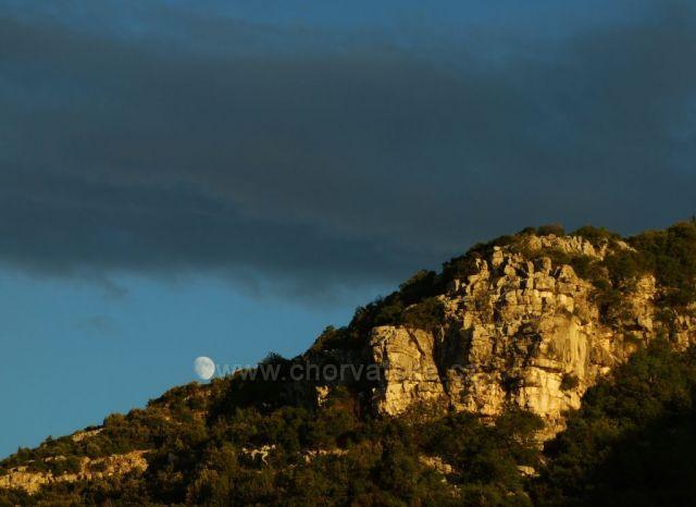 Východ Měsíce nad troskami hradu Galešnik