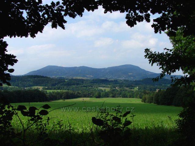 výhled na Velký Javorník,ze žluté trasy mezi Kolovicemi a Kunčicemi pod O.