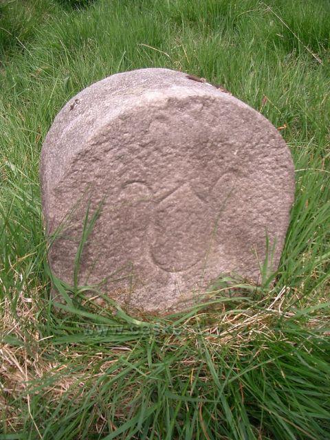 hraniční kámen u potoka Černá
